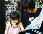Cùng con đọc sách, thay vì kể chuyện cho bé nghe