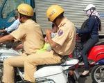 Kẹt xe, CSGT giúp dân bế cháu bé đến bệnh viện cấp cứu