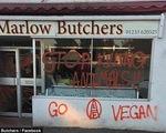 Những người ăn chay khủng bố cửa hàng bán thịt