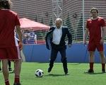 Ông Putin sút bóng ở Quảng trường Đỏ, ông Trump khen World Cup ở Nga