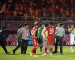 HLV Nguyễn Minh Phương lao vào sân phản ứng trọng tài