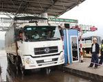 Tài xế thay lốp ôtô tại barie, BOT Ninh An liên tục xả trạm