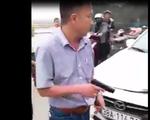 Sau khi húc văng xe máy, tài xế ôtô rút súng dọa bắn người