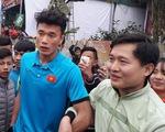 Fan vây kín UBND tỉnh Thanh Hoá, chào đón anh em Tiến Dũng, Văn Đại