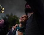 Khách Tây 'quẩy' trong mưa dày đặc phố cổ Hội An đón giao thừa