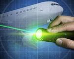 Từ 15-1, chiếu tia laser vào máy bay sẽ bị phạt đến 40 triệu