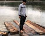 Thấy cảnh sát đường thủy, lâm tặc thả gỗ dưới sông bỏ chạy