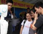 Học sinh thích thú nghe robot tư vấn tuyển sinh và... chỉ đường
