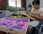 Đất nở hoa trên tay người khuyết tật
