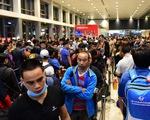 Vạ vật xếp hàng từ 3h sáng tại sân bay Tân Sơn Nhất chờ về quê