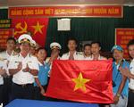 Chiến sĩ nhà giàn cổ vũ bóng đá với lá cờ có chữ ký đội tuyển