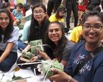 Sinh viên nước ngoài xông xáo gói bánh chưng, tìm hiểu tết Việt