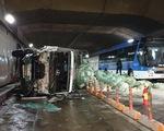 Xe tải mất thắng húc xe khách rồi đâm sầm vào vách hầm Thủ Thiêm
