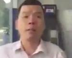 Người đàn ông chen ngang rút tiền ATM xin lỗi người phụ nữ bị đánh