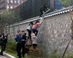 Sinh viên Hàn Quốc trèo vào nơi ở đại sứ Mỹ phản đối hiện diện quân sự
