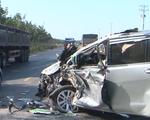 Video: Xe 7 chỗ và xe tải đâm nhau, người dân phá cửa đưa tài xế ra ngoài