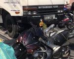 Xe tải tông nhiều xe máy đang dừng đèn đỏ tại Long An