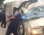 Tài xế mắc kẹt trong xe tải bị lật, đường huyết mạch hỗn loạn