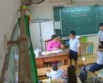 Đang dạy, cô giáo giật mình khi phụ huynh gọi: