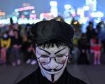 Người Hong Kong xuống đường buổi tối, tưởng niệm sinh viên đã chết
