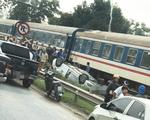 Ôtô băng qua đường bị tàu hỏa tông lật ngửa, nữ tài xế chết tại chỗ