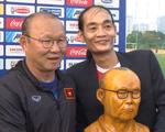 Video: Người hâm mộ tạc tượng tặng thầy Park Hang Seo