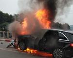 Ôtô bốc cháy dữ dội sau khi đâm nhiều xe máy, xe đạp, 1 người chết