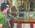 Bắt 2 nghi phạm nổ súng cướp tiệm vàng ở Hóc Môn