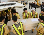 Chùm ảnh 16 trong 39 thi hài người Việt tử nạn ở Anh về đến sân bay Nội Bài