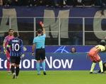 Jesus đá hỏng penalty, Bravo nhận thẻ đỏ, Man City đứt mạch chiến thắng