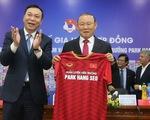 Ký hợp đồng mới, VFF và HLV Park Hang Seo cảm ơn bầu Đức