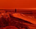 Cháy rừng dữ dội tạo ra mây lửa, trời chuyển màu đỏ cam