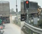 CSGT đu cửa xe tải yêu cầu tài xế dừng xe kiểm tra, xe nhấn ga chạy nhanh hơn