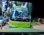 Xe buýt chạy ngược chiều nghênh ngang, một ôtô
