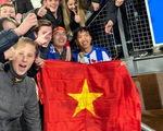 Văn Hậu hòa niềm vui cùng CĐV Hà Lan sau chiến thắng của Heerenveen