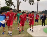 Đội hình chính U22 Việt Nam tản bộ trước trận đấu với U22 Singapore