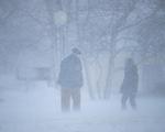 Bão tuyết mù mịt ở cả 2 miền đông, tây nước Mỹ, hơn 6.200 chuyến bay bị hủy, hoãn