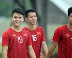 Quang Hải, Bùi Tiến Dũng và các đồng đội cười rạng rỡ trên sân tập sau trận thắng U22 Indonesia