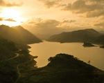 Hoàng hôn vàng trên hồ thủy điện A Vương