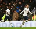 Kane và Alli giúp Tottenham thắng ngược Brighton trong ngày 'Lễ tặng quà'