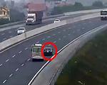 Liều lĩnh chạy lùi trên cao tốc, xe con suýt bị xe khách đâm