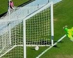 Video: Bóng vào lưới cả mét, trọng tài vẫn từ chối bàn thắng