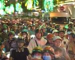 Đường về trung tâm Sài Gòn ken đặc người trước giờ bắn pháo hoa