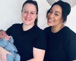 Em bé đầu tiên sinh ra từ tử cung của 2 bà mẹ đồng tính