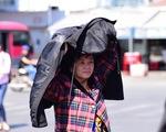 Người dân TP.HCM chống chọi cái nắng mùa khô