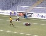 """Video """"bàn thắng kỳ lạ"""" ở bóng đá nữ Anh"""