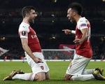 Mesut Oezil chơi mờ nhạt, Arsenal vẫn giành vé