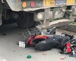Xe container đi lùi đâm chết nữ sinh dừng xe máy ven đường