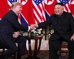Video khoảnh khắc hai ông Trump - Kim bắt tay tại Hà Nội