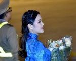 9X tặng hoa cho ông Trump ở sân bay Nội Bài: một cô gái thú vị!